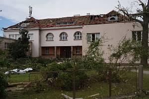 Poničená budova Základní školy v Moravské Nové Vsi.