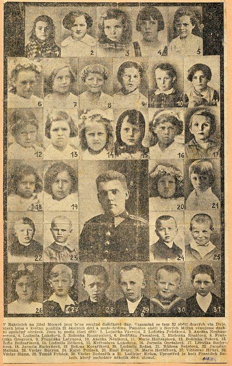 Výstřižek z dobových novin, na němž jsou fotografie všech utonulých jednatřiceti dětí a kočího, kteří zahynuli při neštěstí v květnu roku 1936 ve vlnách řeky Dyje.