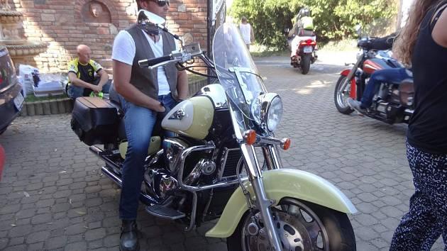 Ve Valticích se v sobotu konal motosraz. Bylo na něm k vidění celkem sto padesát motorek. Zúčastnil se ho i motocyklový závodník Jakub Kornfeil.