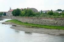 Část zastupitelů koketuje s myšlenkou veřejné pláže u řeky. Mohla by vzniknout poblíž cukrovaru nebo pod splavem.
