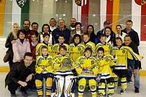 Společné foto trenérů třetích tříd, hokejistů a jejich rodičů.