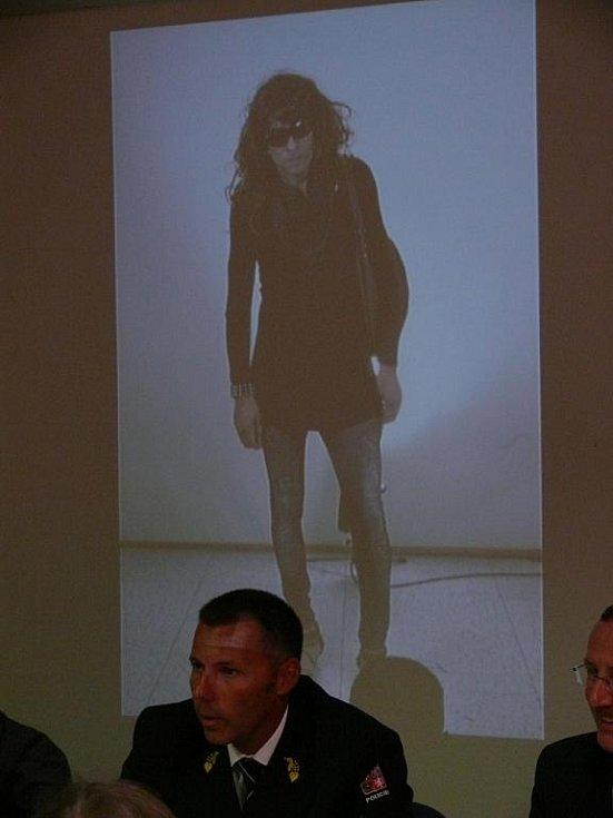 Třiačtyřicetiletý cizinec v přestrojení, kterého policie podezřívá z přepadení banky v Unterretzbachu.