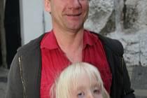 David Koller se synem Benjaminem na nádvoří mikulovské zámku.