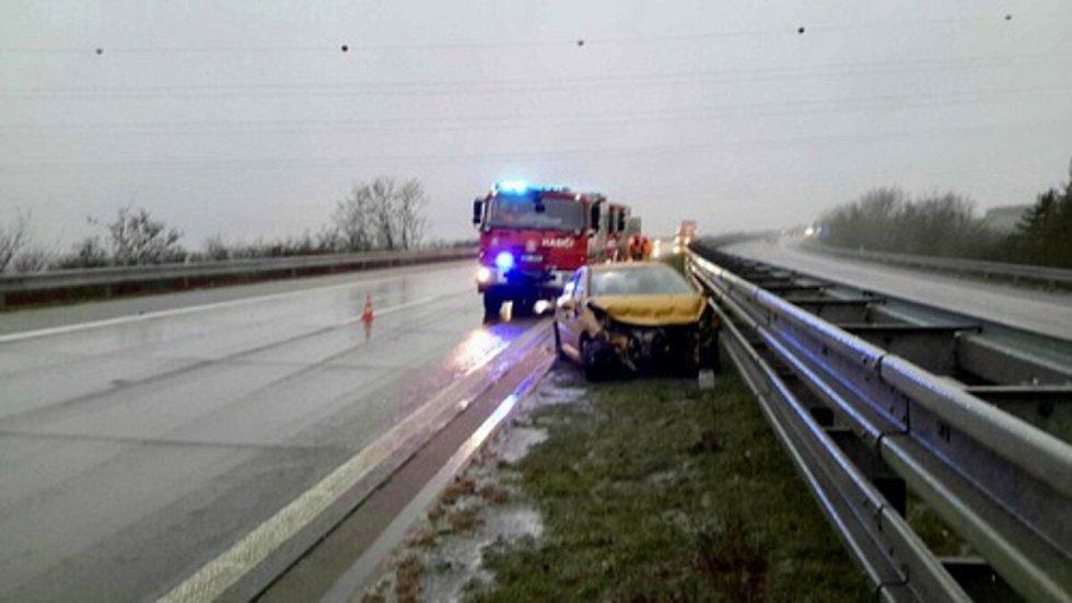 Sobotní ledovka působila potíže na řadě silnic v kraji.