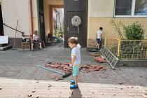 Lidé v Moravské Nové Vsi vyklízejí suť z poškozených domů. Pomáhají i děti.