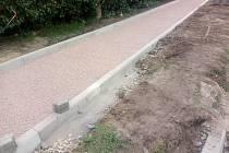 Novosedelští opravují osm set metrů chodníků.