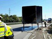 Požár nákladního auta na dálnici D2 u Velkých Němčic.