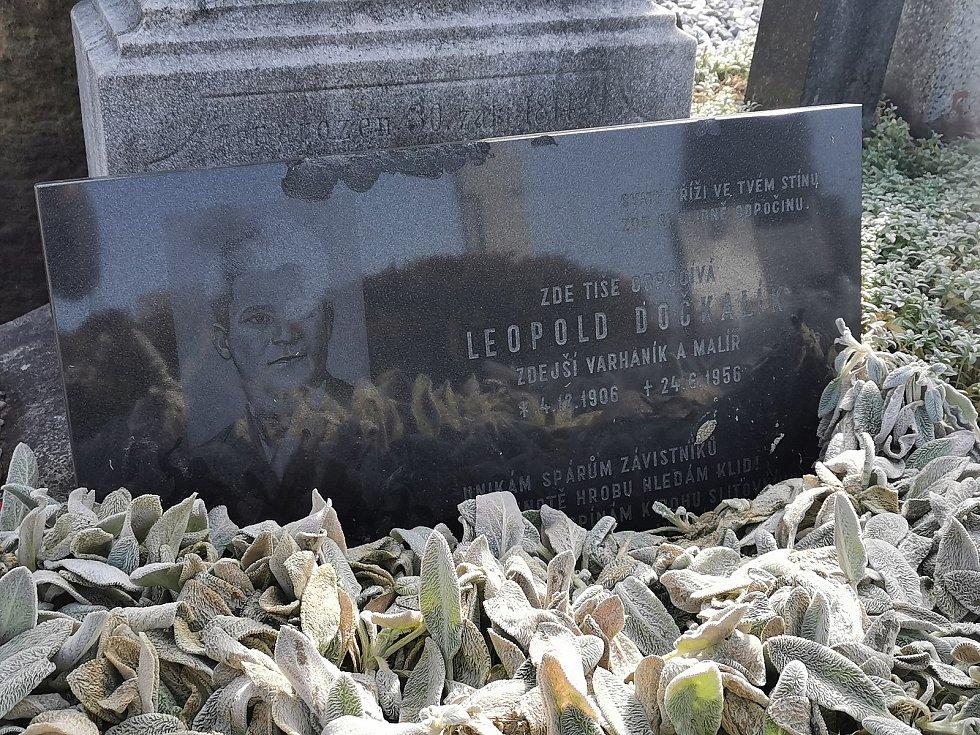 Restaurátor Michal Navrátil obnovuje na rakvickém hřbitově památníčky dětem utonulým v řece Dyji na Nových Mlýnech pomníky dvou rakvických farářů včetně Leopolda Dočkalíka. Právě o něm se hovoří jako o možném autorovi veršů na dětských pomníčcích.