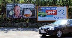 Mobilní billboard u bantické křižovatky, kde před několika dny zahynuli dva lidé při srážce dvou aut. Další dva jsou těsně před Znojmem. Plakát s půllitrem piva jistě řadu řidičů upoutá v okamžiku, kdy by měl spíše sledovat dopravní značky na druhé straně