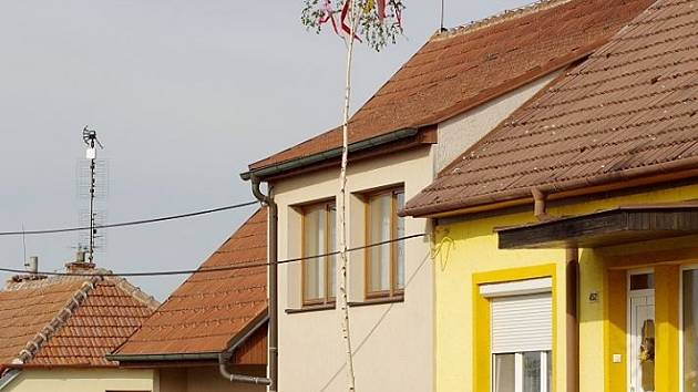 V Bořeticích postavil dívce před domem májku