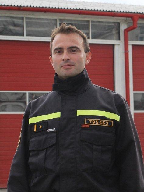 Velitel břeclavských profesionálních hasičů Tomáš Havlík dohlížel na zásah unestabilního svahu vBulharech.