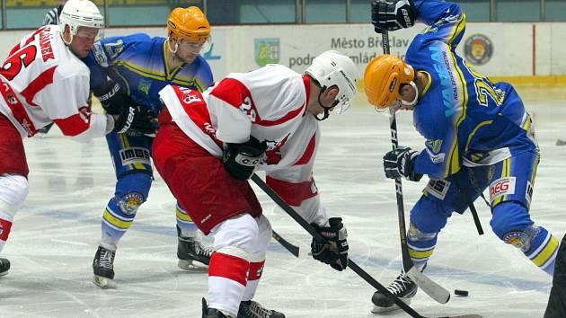 Břeclavští hokejisté (v modrém) doma zdolali silnou Opavu.