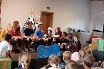 Děti zahrály pohádku o indiánech.