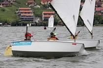O vítězství v kategorii Optimist bojovali na Nových Mlýnech Lukáš Kraus (vzadu) a Adam Jaroš.