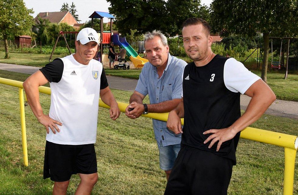 Fotbalisté Krumvíře (ve žlutých dresech) porazili v přípravě divizní MSK Břeclav 2:1.
