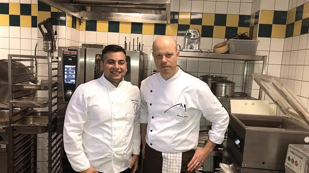 Tomáš Hlavenka z Mikulova se dostal na kuchařskou stáž do Prahy, kde nasbíral rady od michelinského kuchaře Romana Pauluse.