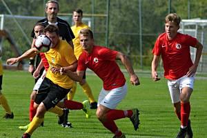V úvodním kole krajského přeboru fotbalisté Krumvíře (ve žlutém) remizovali s Boskovicemi 2:2.