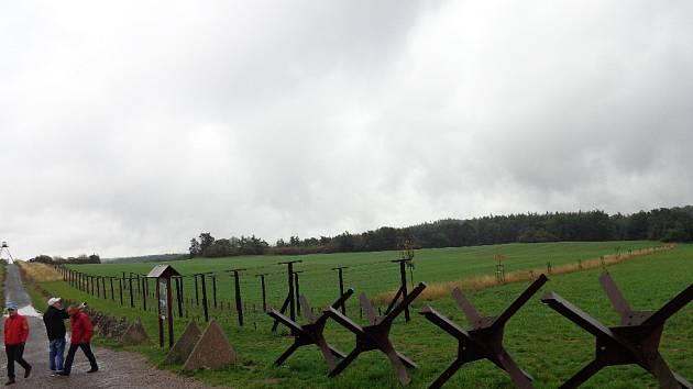 Příhraniční cyklostezka na pomezí jižní Moravy a Rakouska míří nejen přes Břeclavsko, ale i přes Podyjí. Nabízí řadu zajímavých cílů. Cyklisté si mohou prohlédnout židovský hřbitov v Mikulově nebo například pozůstatky železné opony v Čížově.
