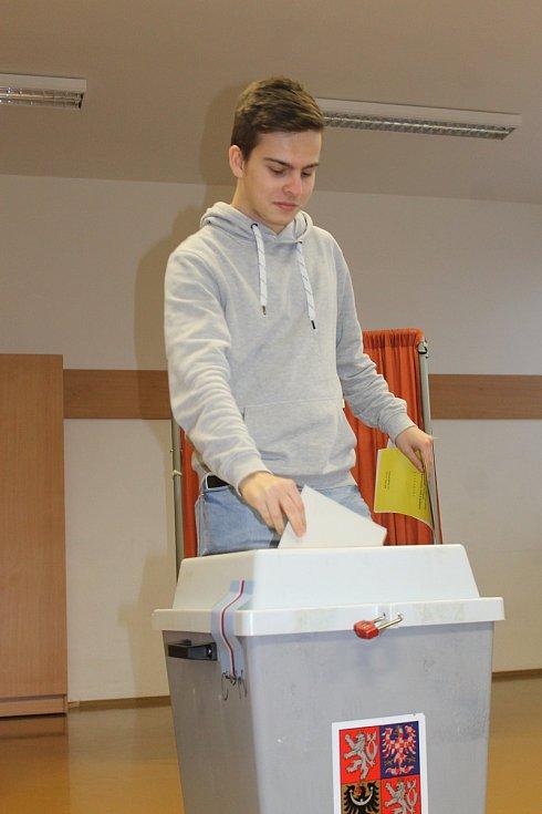 Do volební místnosti v břeclavském Domě školství proudily davy lidí již před otevřením v pátek ve dvě hodiny odpoledne.