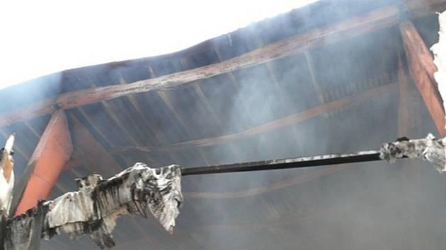 Požár skladu molitanu v Brumovicích.