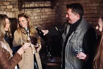 Vinaři z Moravské Nové Vsi provedou zájemce vinohrady v masopustních maskách. Zvou na Zimní procházku i víno. Foto: archív pořadatele