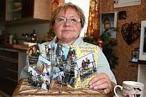 Margita Adamová má ve sbírce i svatební oznámení v podobě leporela. Nechali si je vytvořit dva tanečníci, kteří na něm obrazově zachytili dobu od svého seznámení přes společné dovolené až po koupi auta nebo televizoru. Vrcholem je pak jejich svatba.