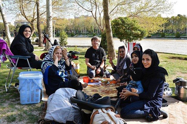 Pozvání na rodinný piknik uřeky Zájande vIsfahánu.