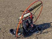 Paraglidista zahynul ve středu odpoledne po pádu do pole u Moravského Žižkova.