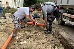 Při opravě chodníků a vnitřních prostor obecního úřadu v Němčičkách přiložili ruku k dílu i pracovníci obce včetně starosty Zbyňka Slezáka.