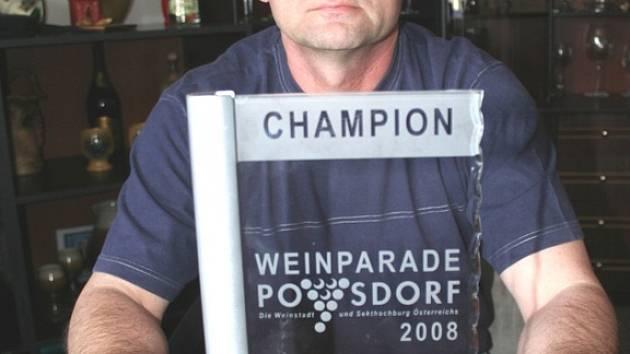 Bronislav Průdek s trofejí pro Tramín červený, ledové víno ročníku 2007, které se stalo šampionem výstavy Weinparade v rakouském Poysdorfu.