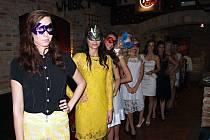 Deset finalistek druhého ročníku soutěže Miss Víno, která snoubí dívčí krásu se znalostí vína, se poprvé představilo veřejnosti. V zaječském Retro Clubu.