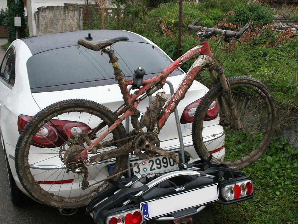 Téměř dva a půl tisíce cyklistů přijelo na letošní Cyklobraní do Valtic. Zablátili si kola a spolu s technikou organizátorů akce poničili trávník a cesty v tamním zámeckém parku.
