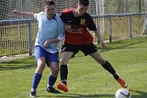 Fotbalisté Tvrdonic (v modrém) doma doslova přejeli v derby Hlohovec.