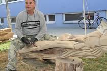 Šest řezbářů tvoří v centru Břeclavi celý týden sochy ze dřeva. Své úsilí skončí v pátek. Pak je vystaví na tamním zimním stadionu.