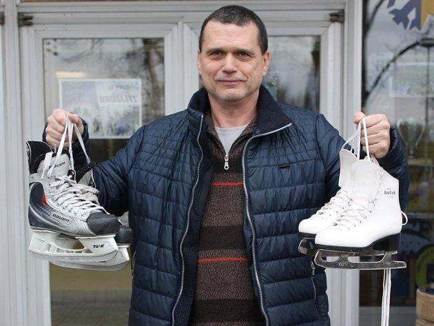 Vedoucí provozu břeclavského zimního stadionu Zdeněk Petr je příjemně překvapený zájmem lidí o půjčování bruslí.