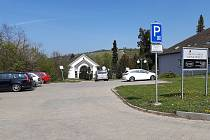 Parkování u smuteční síně v Hustopečích.