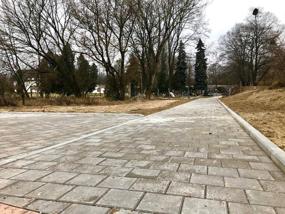 Parkoviště za hustopečským hřbitovem je hotové.