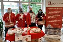 Nákupem koláčů podpořili Jihomoravané hospice Charity. V Břeclavi za něj zaplatil dobrodinec tisíc korun. Rekordní částku darovali i lidé ve Znojmě. Foto: Charita Břeclav