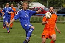 Fotbalisté Lednice (v modrém) se doma na výhru s Bučovicemi natrápili.