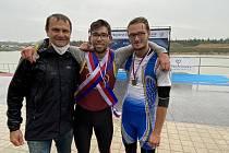 Dalibor Neděla (na snímku uprostřed s trenérem Akaiem a Alešem Pospíšilem) ovládl v Račicích skif mužů.
