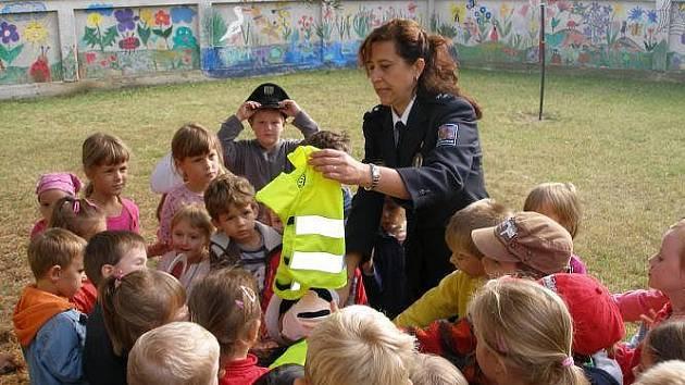Břeclavská policie uspočářadala ve středu 21. září 2011 pro děti z mateřské školy v břeclavské ulici Slovácká besedu zaměřenou na bezpečnost v dopravě.