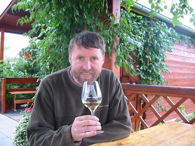 Sklepmistr Ctirad Králík ochutnává sedlecká vína denně. Je to i jeho koníček.