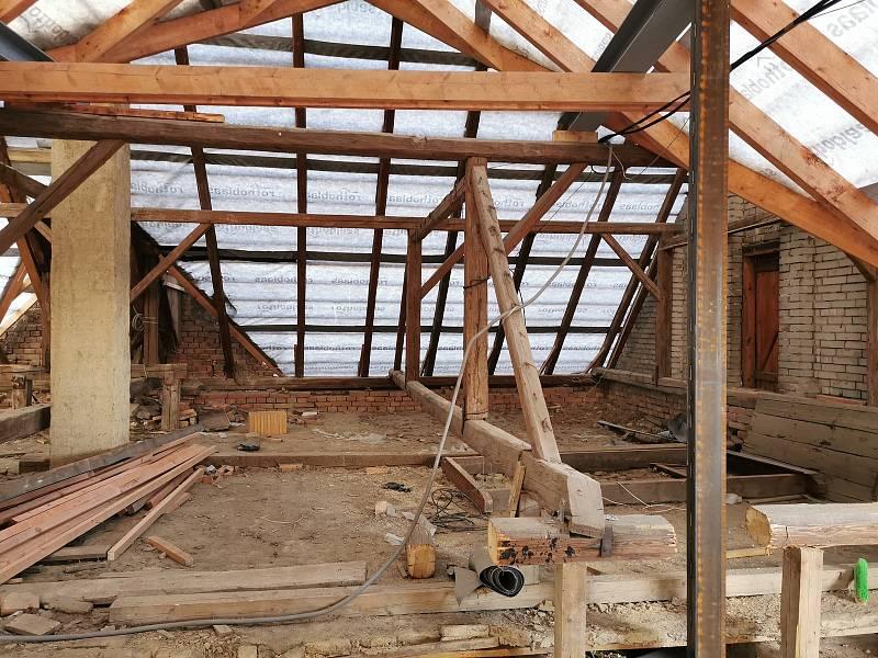 Napojení přístavby na střeše - nové a původní krovy.