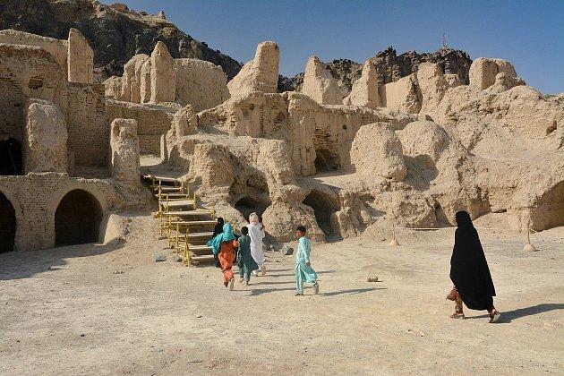 Zaniklé město Ghagha-Šahr na úpatí hory Khajeh.