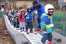 Malým lyžařům slouží nový dopravník.