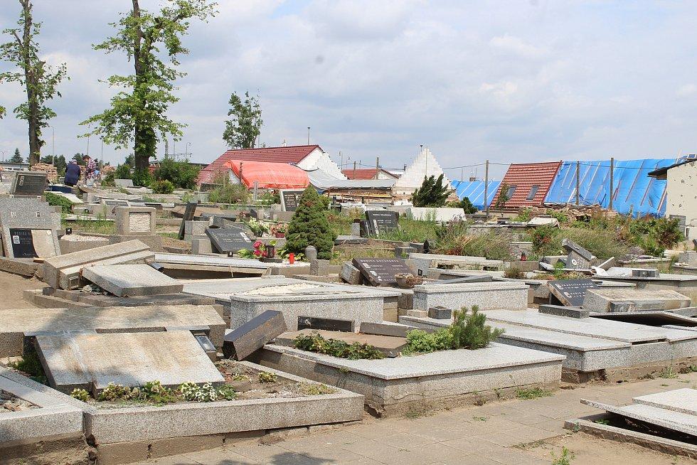 Mikulčice, téměř měsíc po ničivém tornádu. Hřbitov.