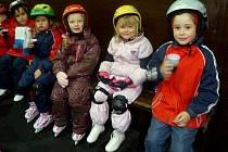 Z mateřské školky ve Velkých Pavlovicích projevilo zájem o bruslení sedmnáct dětí.