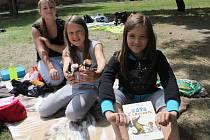 Bleší trh uspořádali poprvé žáci Základní školy Masarykova v Lanžhotě. Nabízeli své nepotřebné věci jiným a bavili se hrami či hudbou.