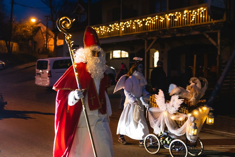 I letos chodil svatý Mikuláš se svou družinou Hustopečí, děti z oken mávaly a štědré nadílky se dočkaly. .FOTO: Richard Skoumal