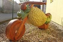 Vinařská motorka, kterou vyrobil řezbář Jan Vitásek, se zatím nachází ve Velkých Bílovicích.